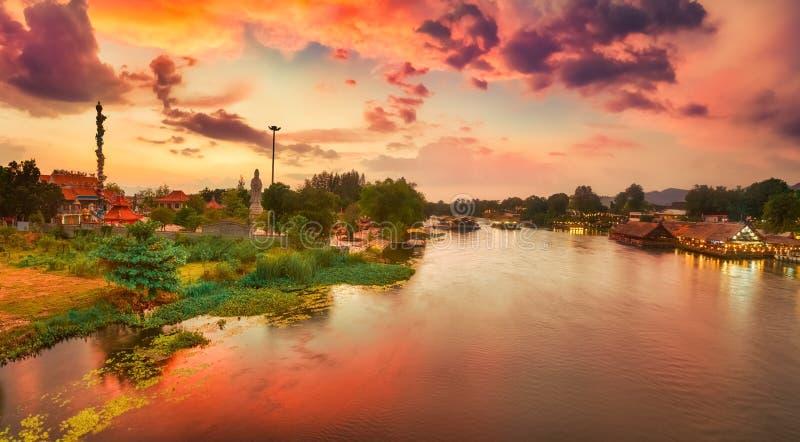 Puesta del sol sobre el r?o de Kwai, Kanchanaburi, Tailandia Panorama fotos de archivo