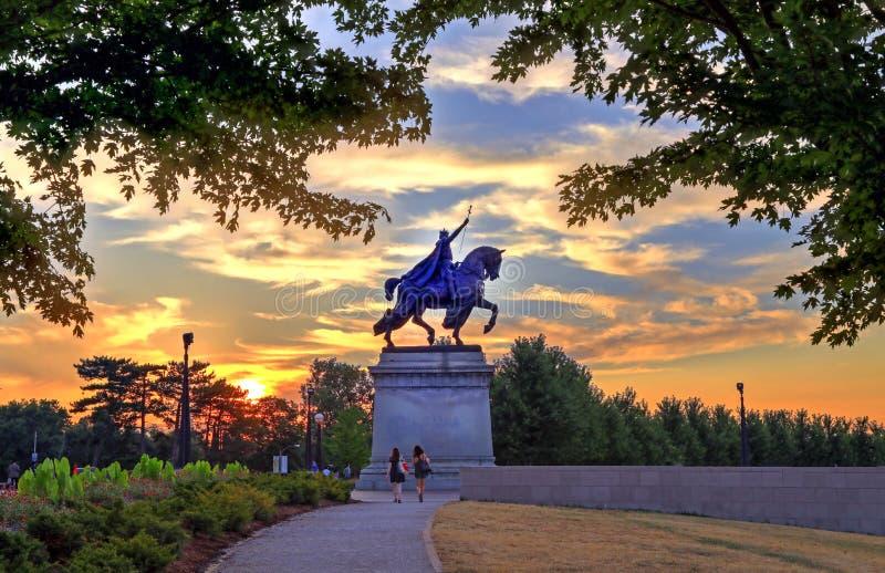 Puesta del sol sobre el St Louis Statue imagen de archivo