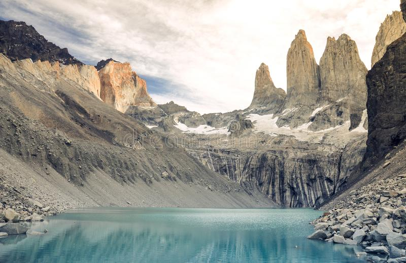 Puesta del sol sobre el Torres en el parque nacional de Torres del Paine, Patagonia, Chile, Suramérica foto de archivo