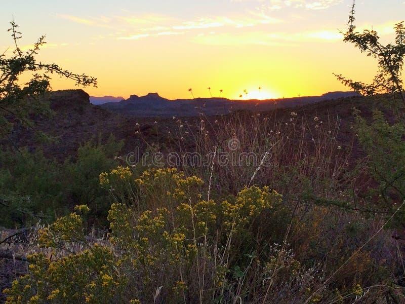 Puesta del sol sobre el valle fotografía de archivo