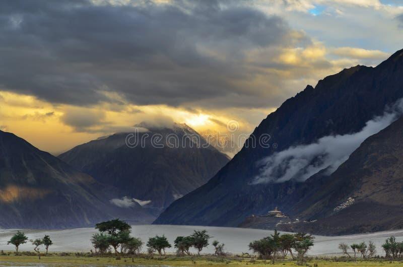 Puesta del sol sobre el valle de Nubra foto de archivo