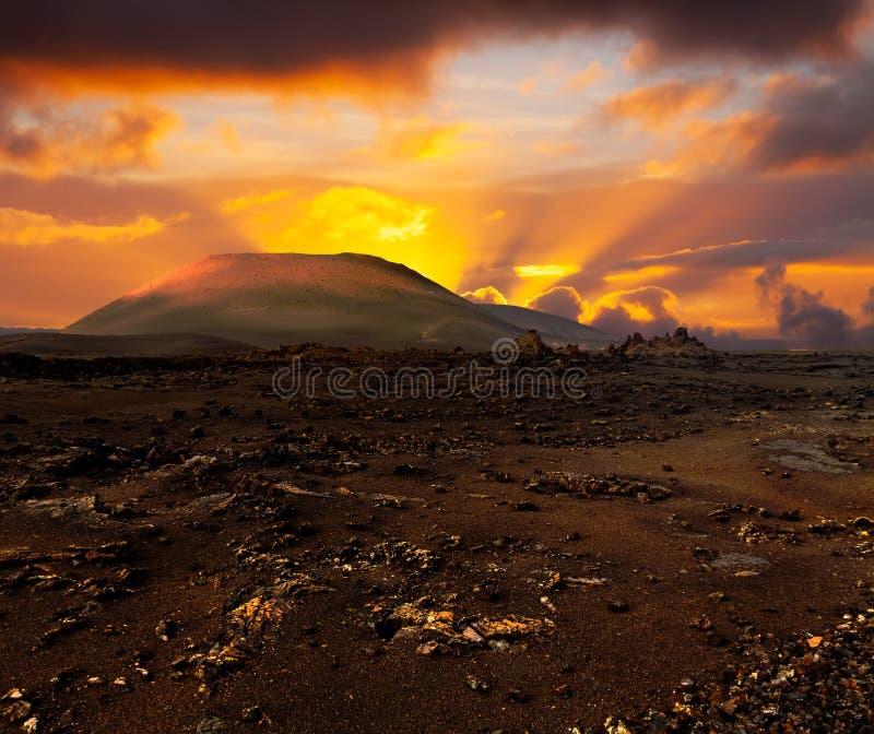 Puesta del sol sobre el volcán imágenes de archivo libres de regalías