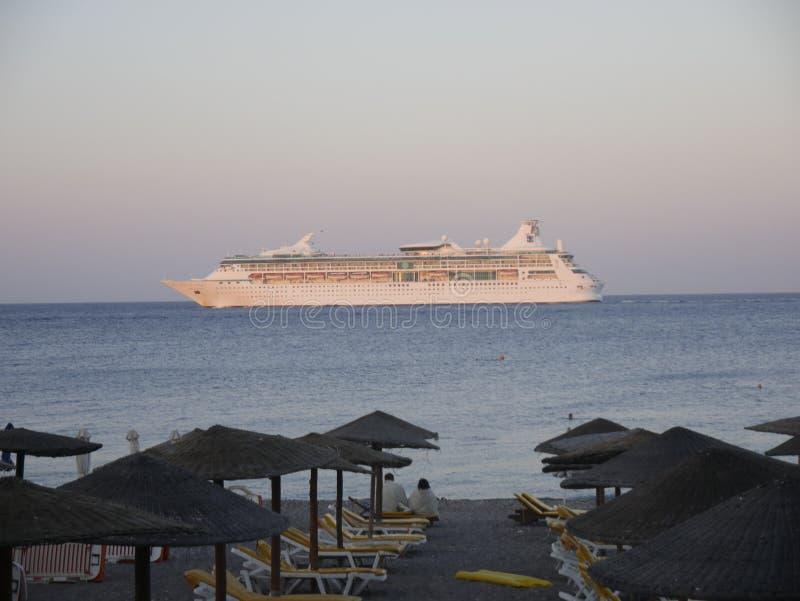 Puesta del sol sobre Ellie Beach que es la playa más cercana a Rhodes Town y es popular entre los locals y los turistas igualment foto de archivo libre de regalías