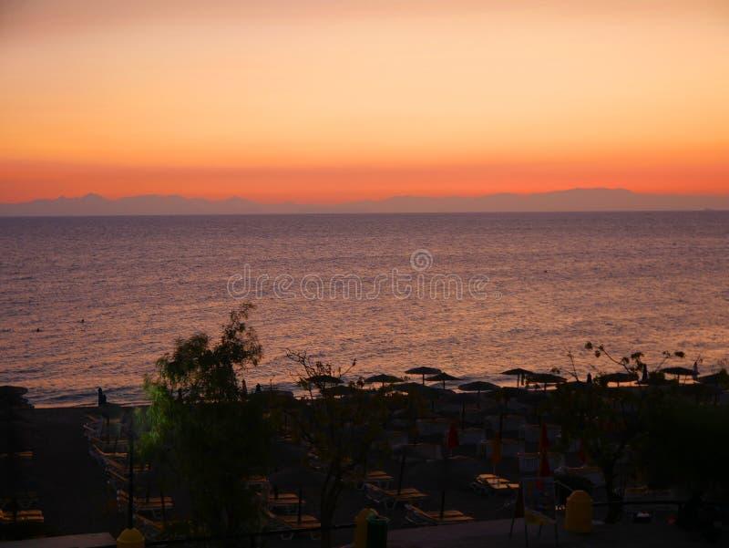 Puesta del sol sobre Ellie Beach que es la playa más cercana a Rhodes Town y es popular entre los locals y los turistas igualment fotografía de archivo libre de regalías