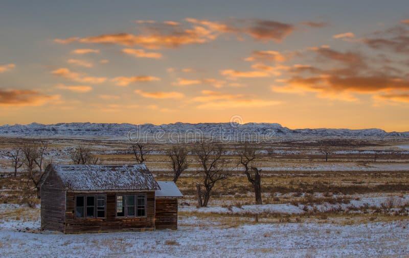 Puesta del sol sobre granja vieja en Wyoming fotos de archivo