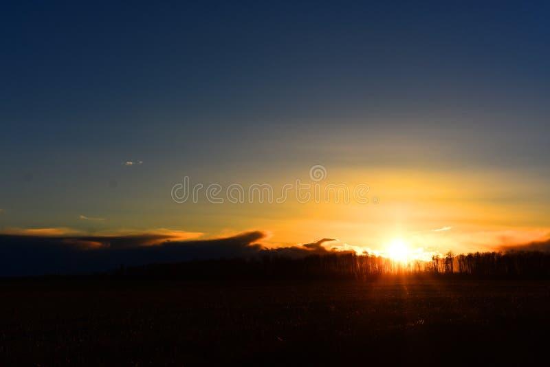 Puesta del sol sobre Hay Field fotografía de archivo