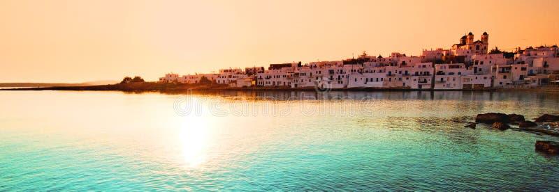 Puesta del sol sobre la aldea de Naoussa foto de archivo libre de regalías