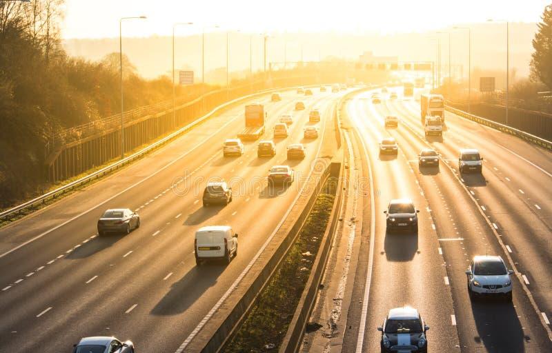 Puesta del sol sobre la autopista británica M25 fotografía de archivo