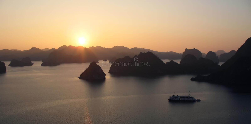 Puesta del sol sobre la bahía de Halong, Vietnam imagen de archivo