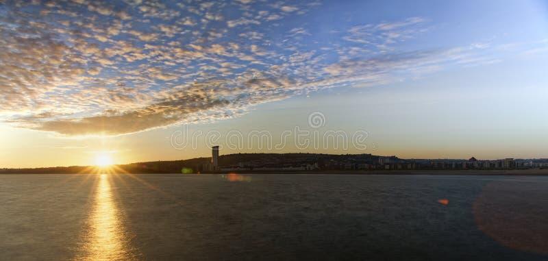 Puesta del sol sobre la bahía de Swansea imágenes de archivo libres de regalías