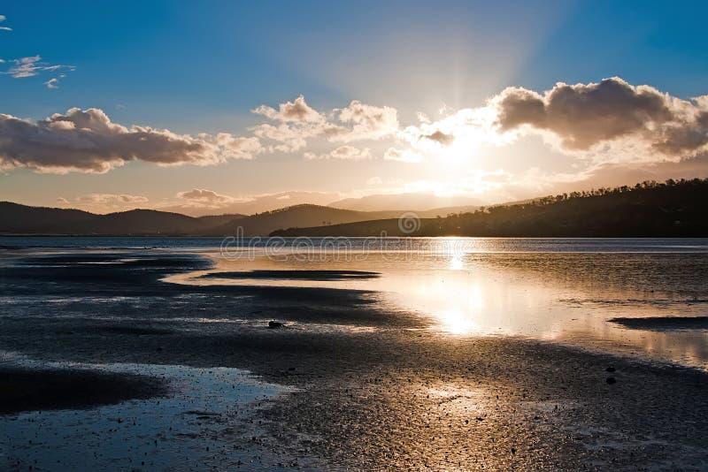 Puesta del sol sobre la bahía, Tasmania imagen de archivo