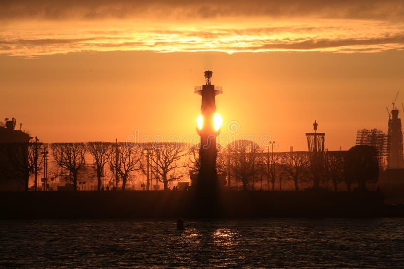 Puesta del sol sobre la ciudad imagenes de archivo
