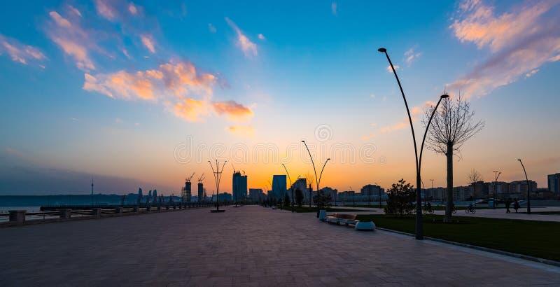 Puesta del sol sobre la ciudad de Baku foto de archivo