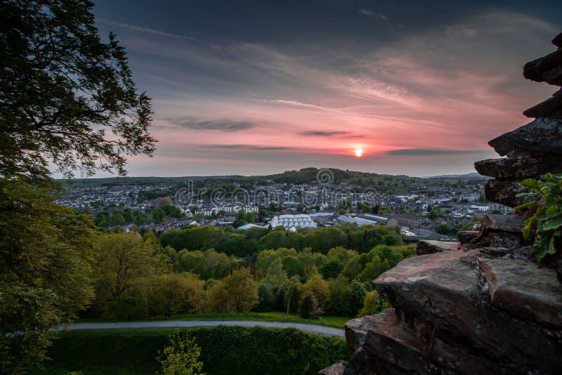 Puesta del sol sobre la ciudad de Kendal, Cumbria foto de archivo