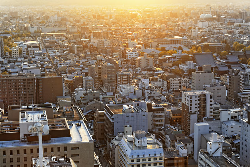 Puesta del sol sobre la ciudad de Kyoto en Japón fotos de archivo