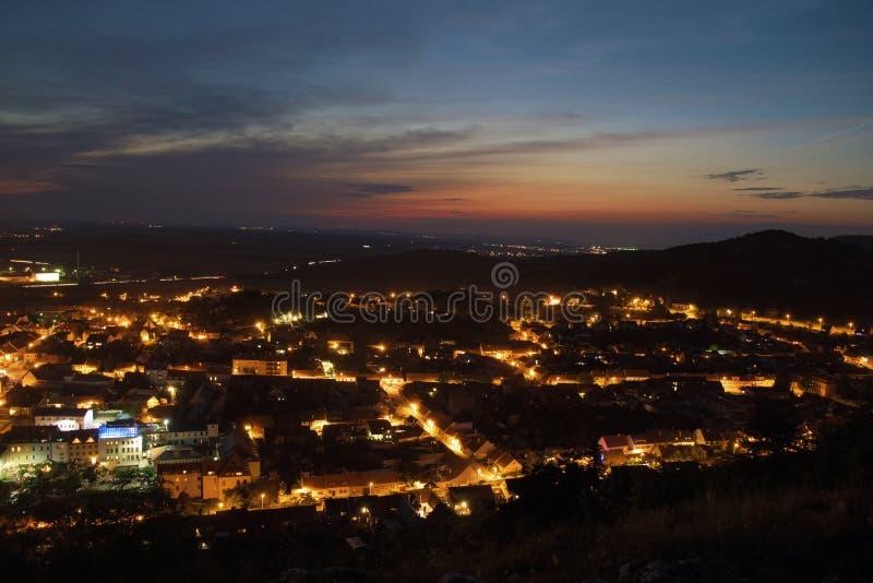 Puesta del sol sobre la ciudad de Mikulov en verano fotografía de archivo