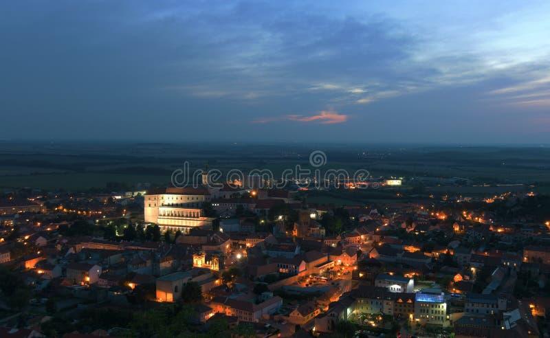 Puesta del sol sobre la ciudad de Mikulov en verano imágenes de archivo libres de regalías