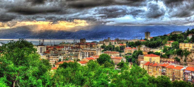 Puesta del sol sobre la ciudad de Rijeka, Croacia fotos de archivo
