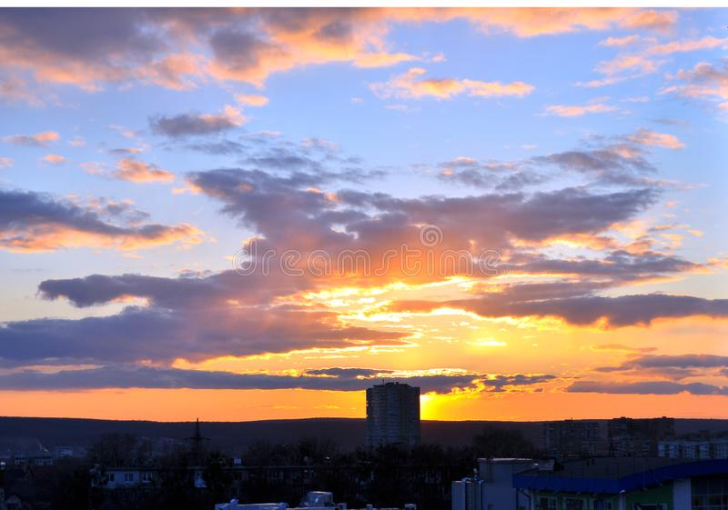 Puesta del sol sobre la ciudad imágenes de archivo libres de regalías
