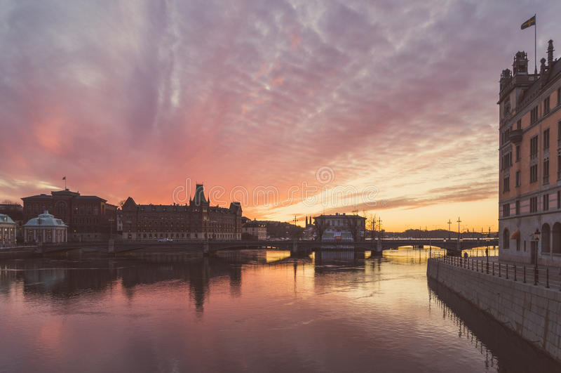 Puesta del sol sobre la ciudad vieja de Estocolmo, Suecia imagen de archivo