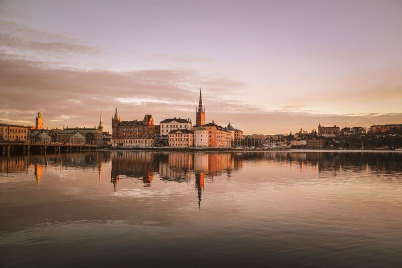 Puesta del sol sobre la ciudad vieja de Estocolmo, Suecia foto de archivo
