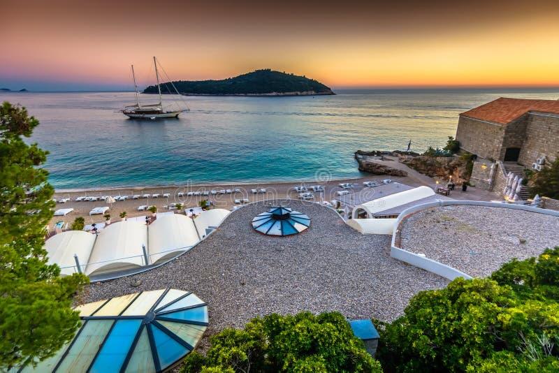 Puesta del sol sobre la costa adriática, Dubrovnik Riviera foto de archivo