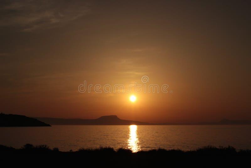 Puesta del sol sobre la costa del Cretan imagen de archivo
