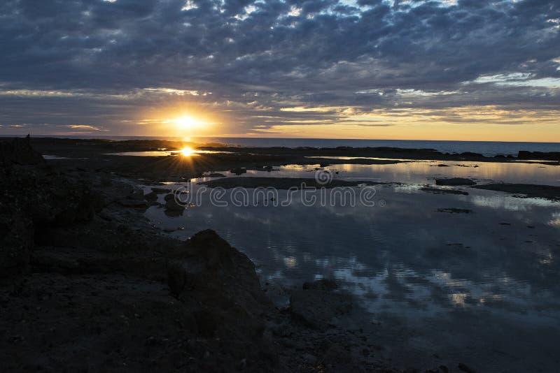 Puesta del sol sobre la costa rocosa de Australia occidental imagen de archivo libre de regalías