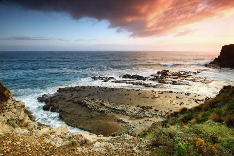 Puesta del sol sobre la costa victoriana. imagen de archivo