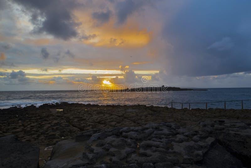 Puesta del sol sobre la isla del cangrejo imágenes de archivo libres de regalías