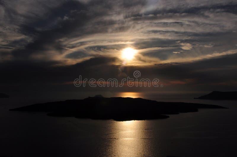 Puesta del sol sobre la isla de la caldera y de volcán en el archipiélago de Santorini Grecia fotografía de archivo libre de regalías