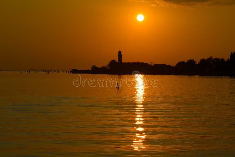 Puesta del sol sobre la isla de Mazzorbo Laguna de Venecia, Italia imagen de archivo