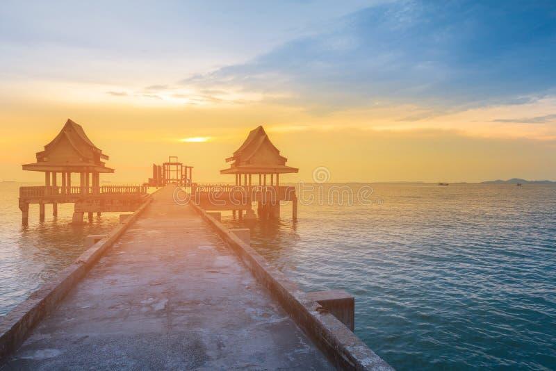 Puesta del sol sobre la manera del paseo que lleva al horizonte de la costa imagen de archivo