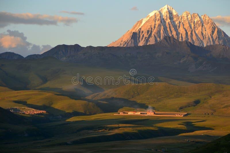 Puesta del sol sobre la meseta tibetana foto de archivo libre de regalías