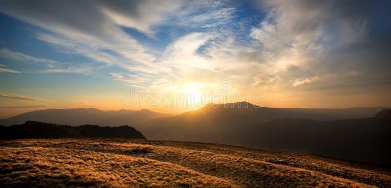 Puesta del sol sobre la montaña fotos de archivo