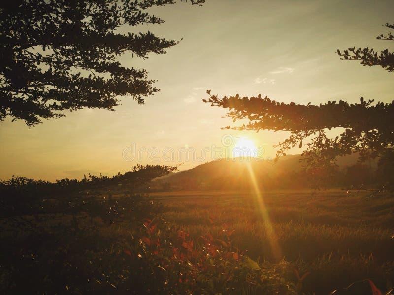Puesta del sol sobre la montaña imágenes de archivo libres de regalías