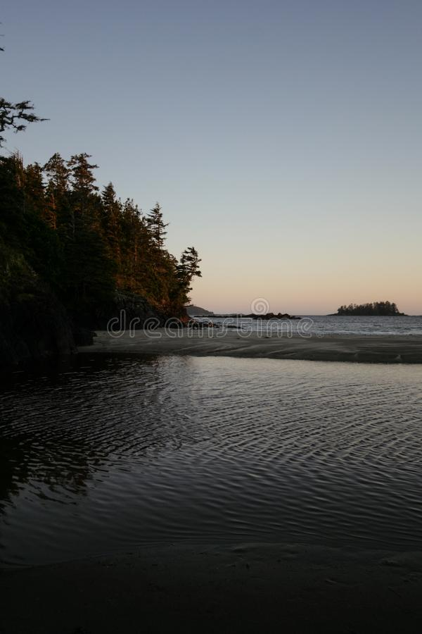 Puesta del sol sobre la orilla en Tofino, isla de Vancouver, Canadá fotografía de archivo libre de regalías