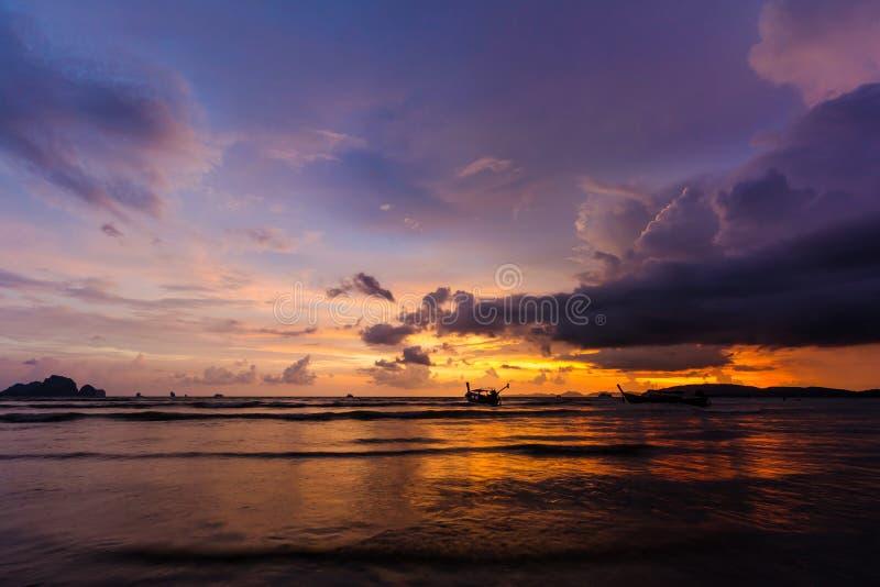 Puesta del sol sobre la playa del Ao Nang fotos de archivo