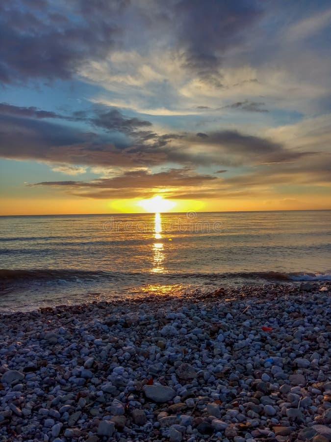 Puesta del sol sobre la playa del mar fotografía de archivo libre de regalías