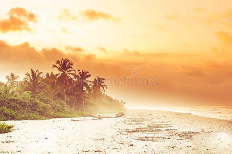 Puesta del sol sobre la playa tropical por el Palomino en Colombia imagenes de archivo