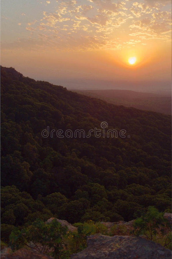 Puesta del sol sobre la revista Arkansas del soporte fotografía de archivo libre de regalías