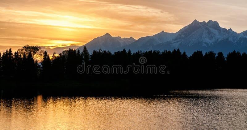 Puesta del sol sobre las altas montañas de Tatras, Eslovaquia fotografía de archivo