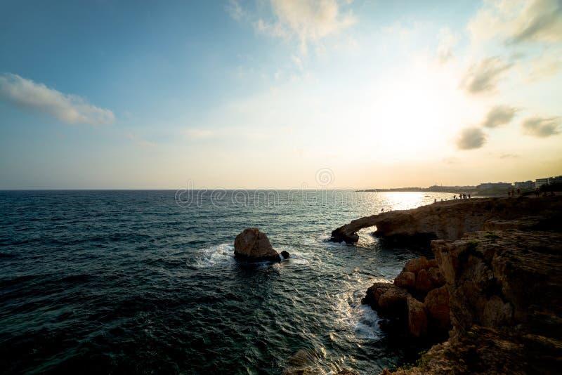 Puesta del sol sobre las cuevas del mar, cabo Greko Agia Napa, Chipre imagenes de archivo