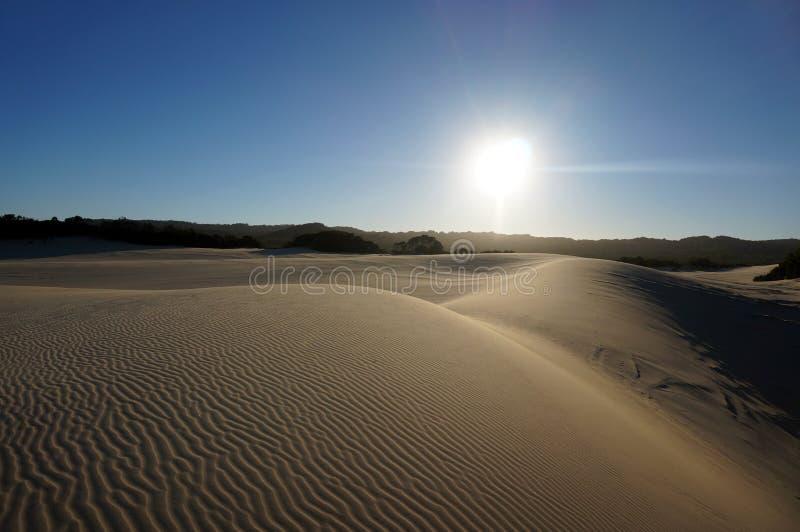Puesta del sol sobre las dunas de arena en Fraser Island imagenes de archivo