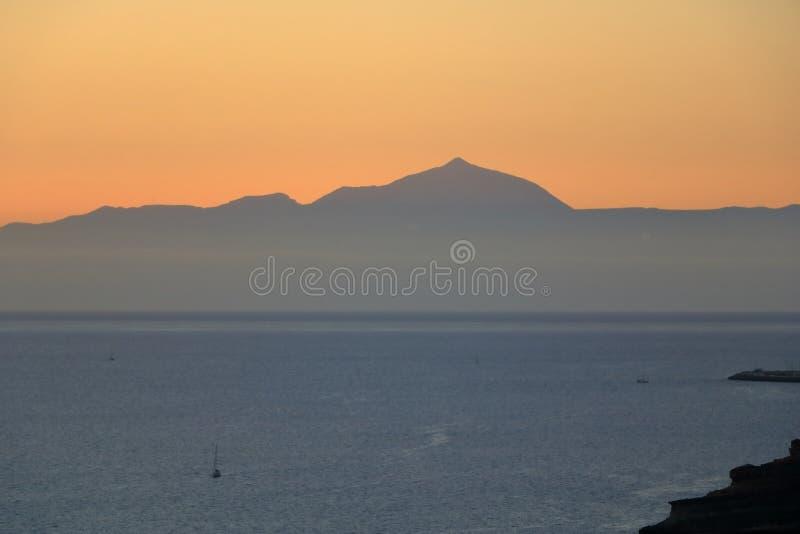Puesta del sol sobre las islas Canarias, visión desde Gran Canaria a Tenerife, volcán del EL Teide, España fotos de archivo libres de regalías