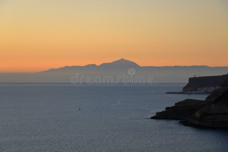 Puesta del sol sobre las islas Canarias, visión desde Gran Canaria a Tenerife, volcán del EL Teide, España fotografía de archivo libre de regalías