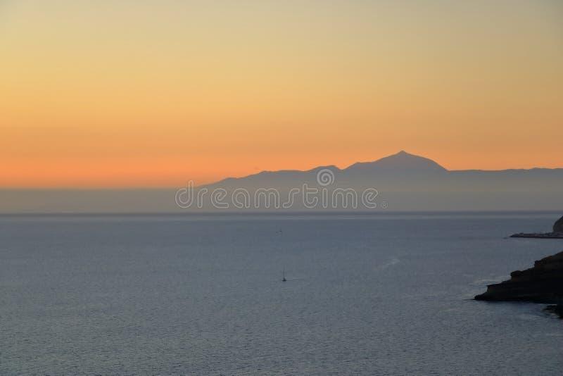 Puesta del sol sobre las islas Canarias, visión desde Gran Canaria a Tenerife, volcán del EL Teide, España imágenes de archivo libres de regalías