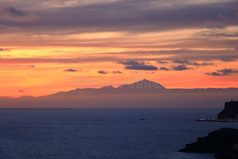 Puesta del sol sobre las islas Canarias, visión desde Gran Canaria a Tenerife, volcán del EL Teide, España foto de archivo libre de regalías