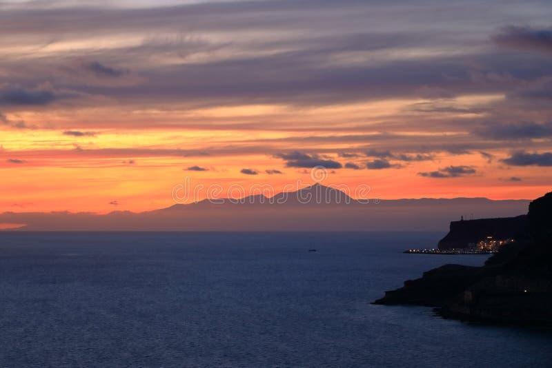 Puesta del sol sobre las islas Canarias, visión desde Gran Canaria a Tenerife, volcán del EL Teide, España fotos de archivo