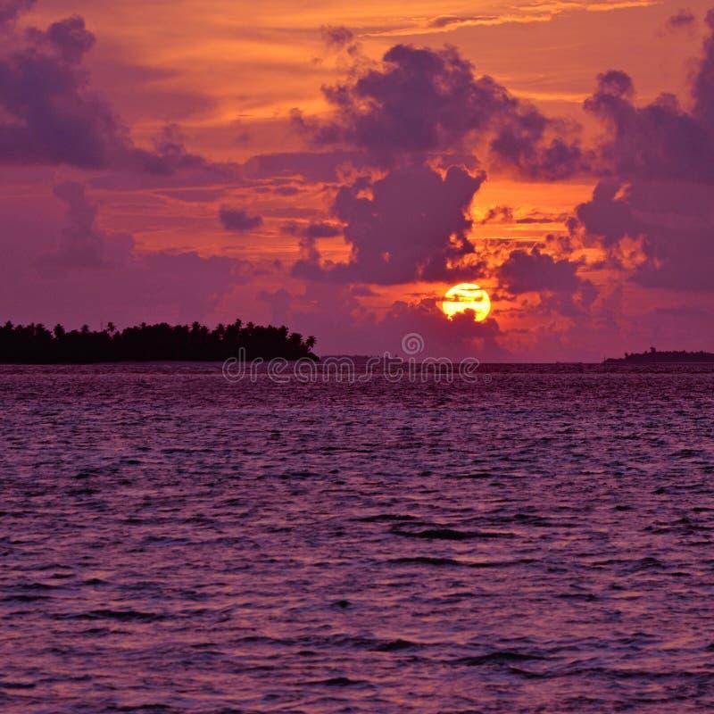 Puesta del sol sobre las islas de Maldivas foto de archivo